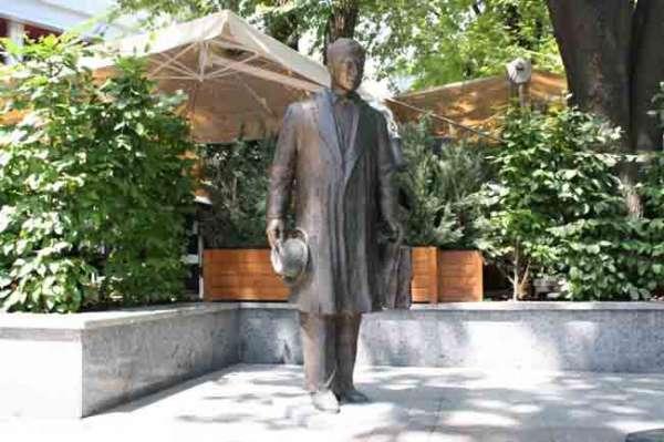 Памятник страховому агенту